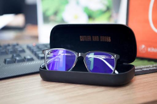 Chất liệu kính chống ánh sáng xanh là gì?